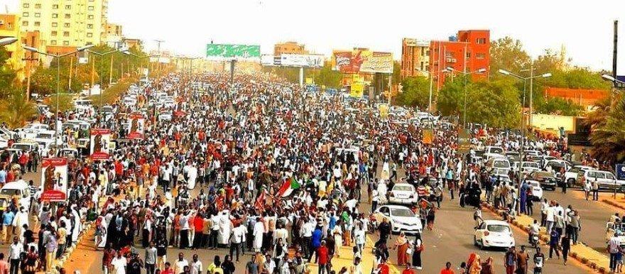 L'attivista Alaa Salah durante una manifestazione contro Bashir nel 2019