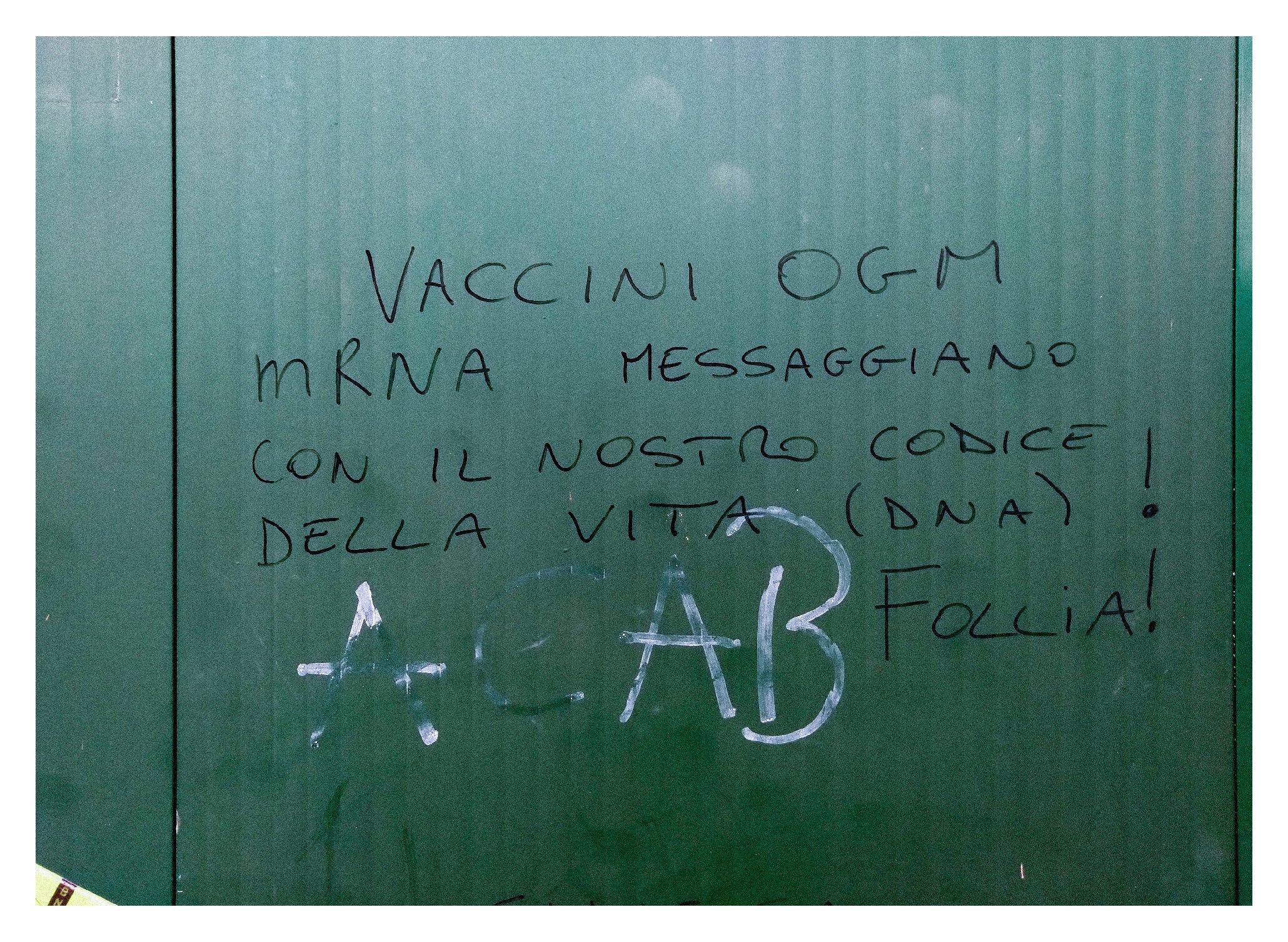"""Murales su porta dello stadio Pier Lugi Penzo: """"Vaccini OGM, mRNA messaggiano con il nostro codice della vita (DNA)! Follia!"""
